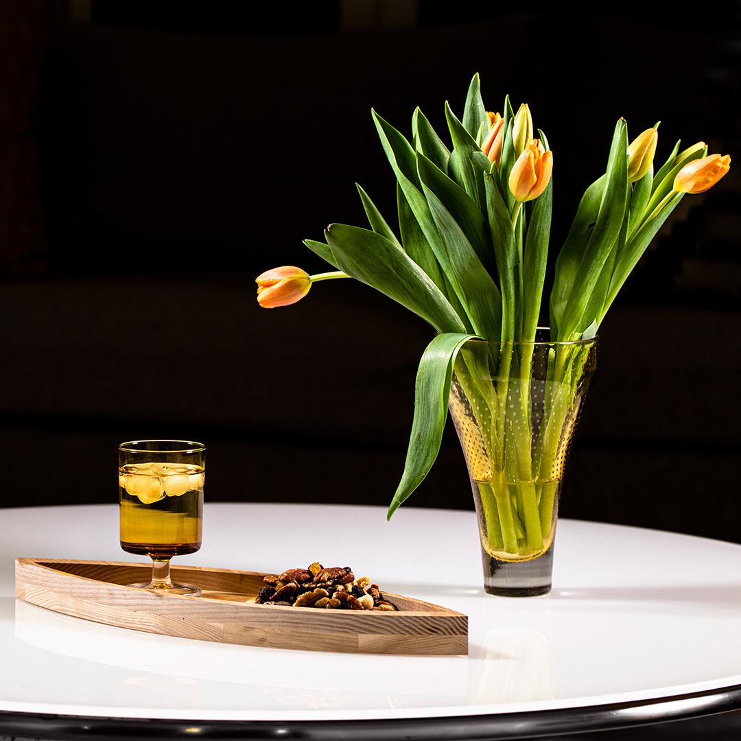 Kaari Vati tammi matala design Arto Halmetoja valkoisella pöydällä