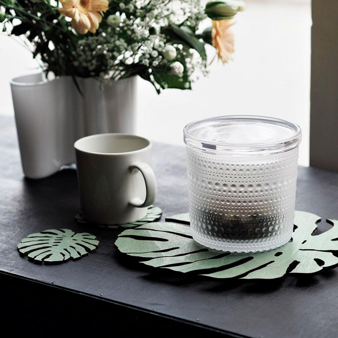 Puine Peikonlehti pannunalunen ja lasinaluset vihreä mustalla pöydällä