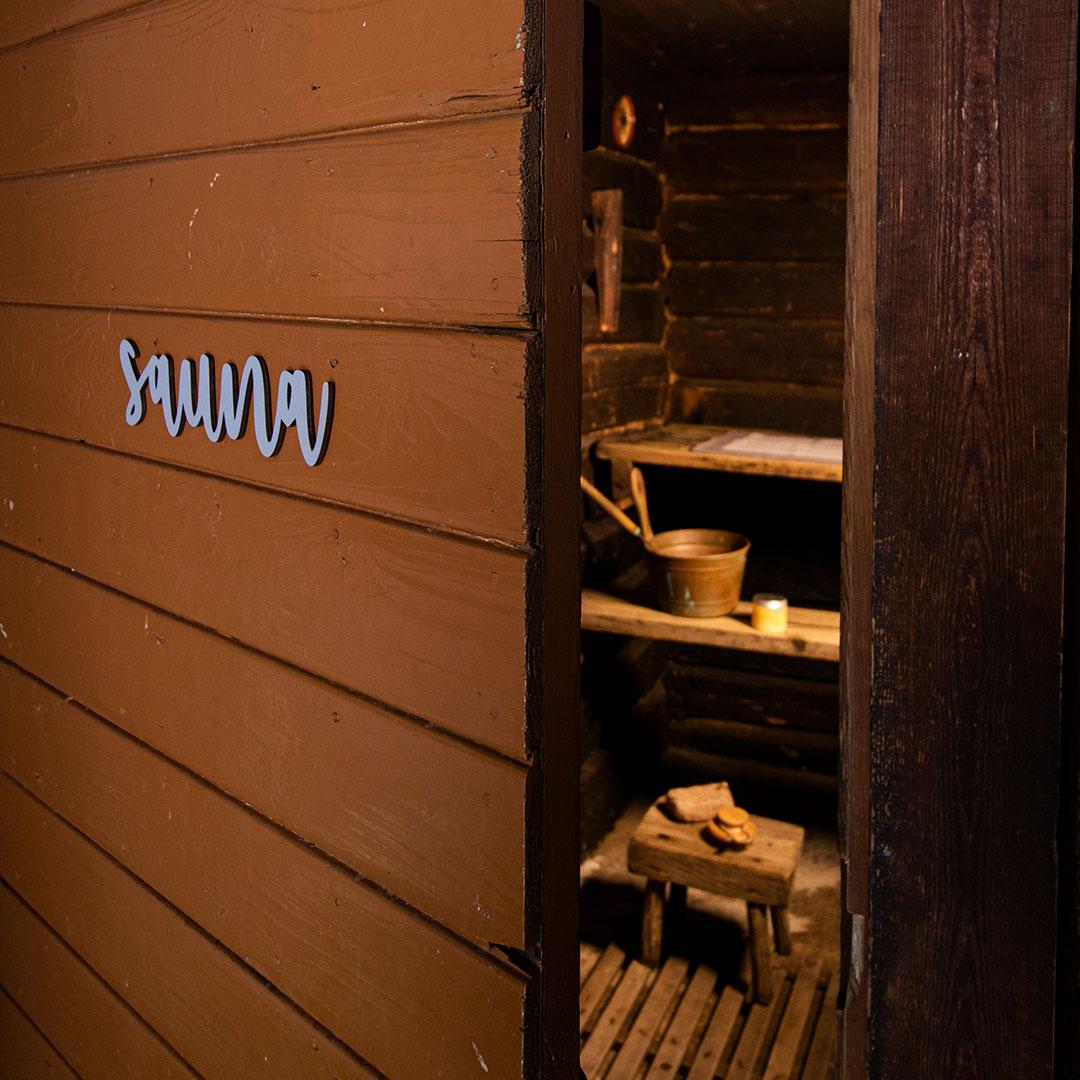 Puine Piela ovikyltti sauna harmaa saunan ovessa