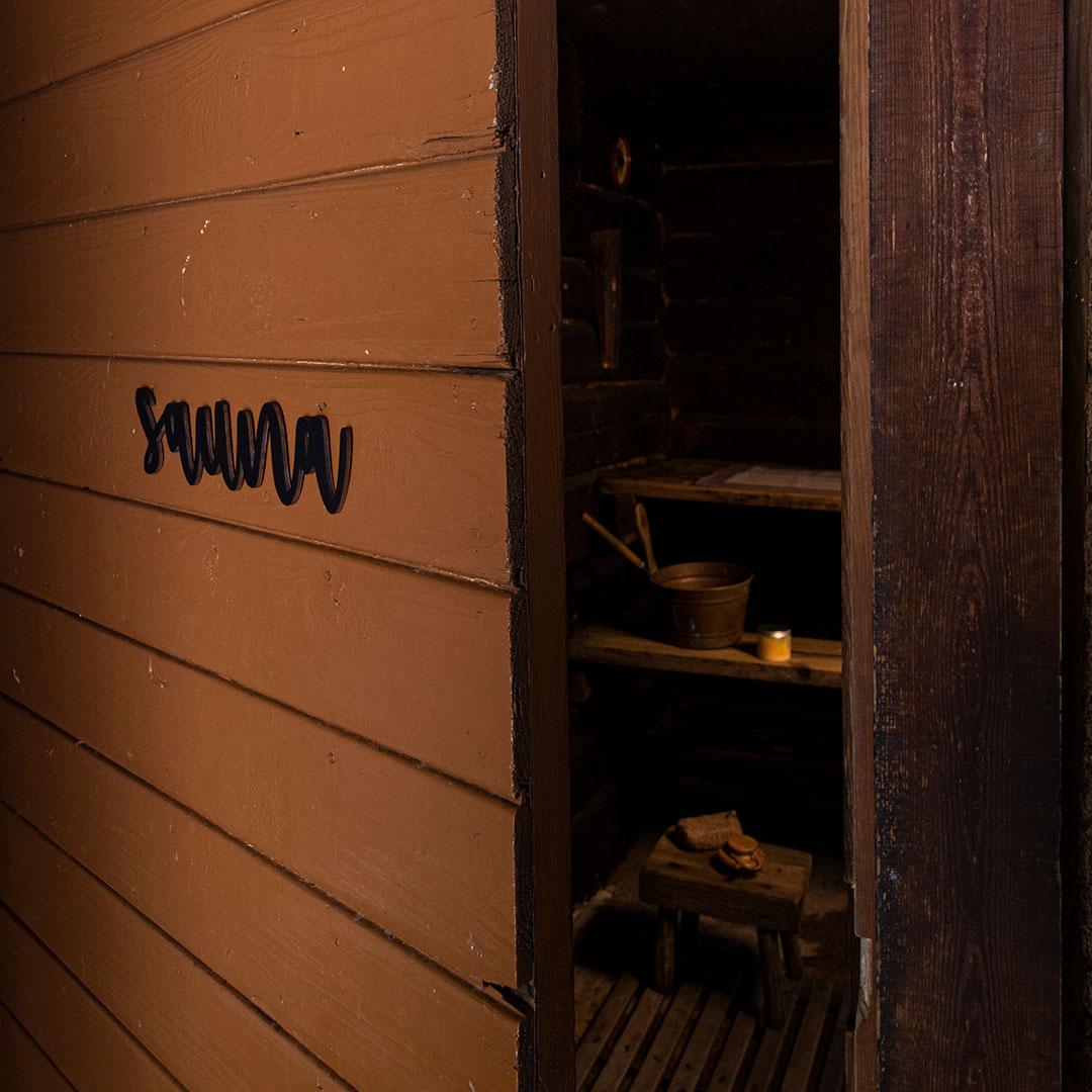 Puine Piela ovikyltti sauna musta ruskeassa saunan ovessa