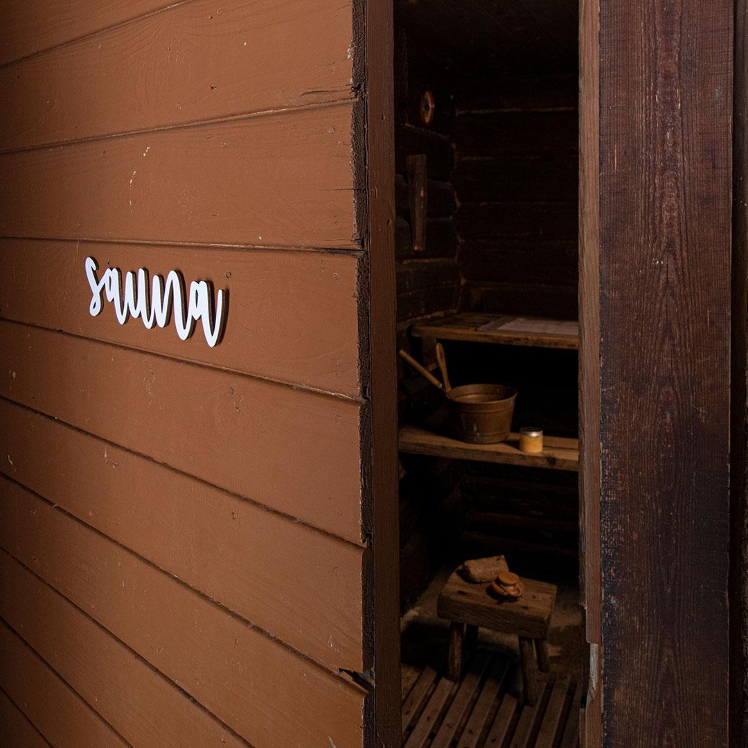 Puine Piela ovikyltti sauna valkoinen ruskeassa saunan ovessa