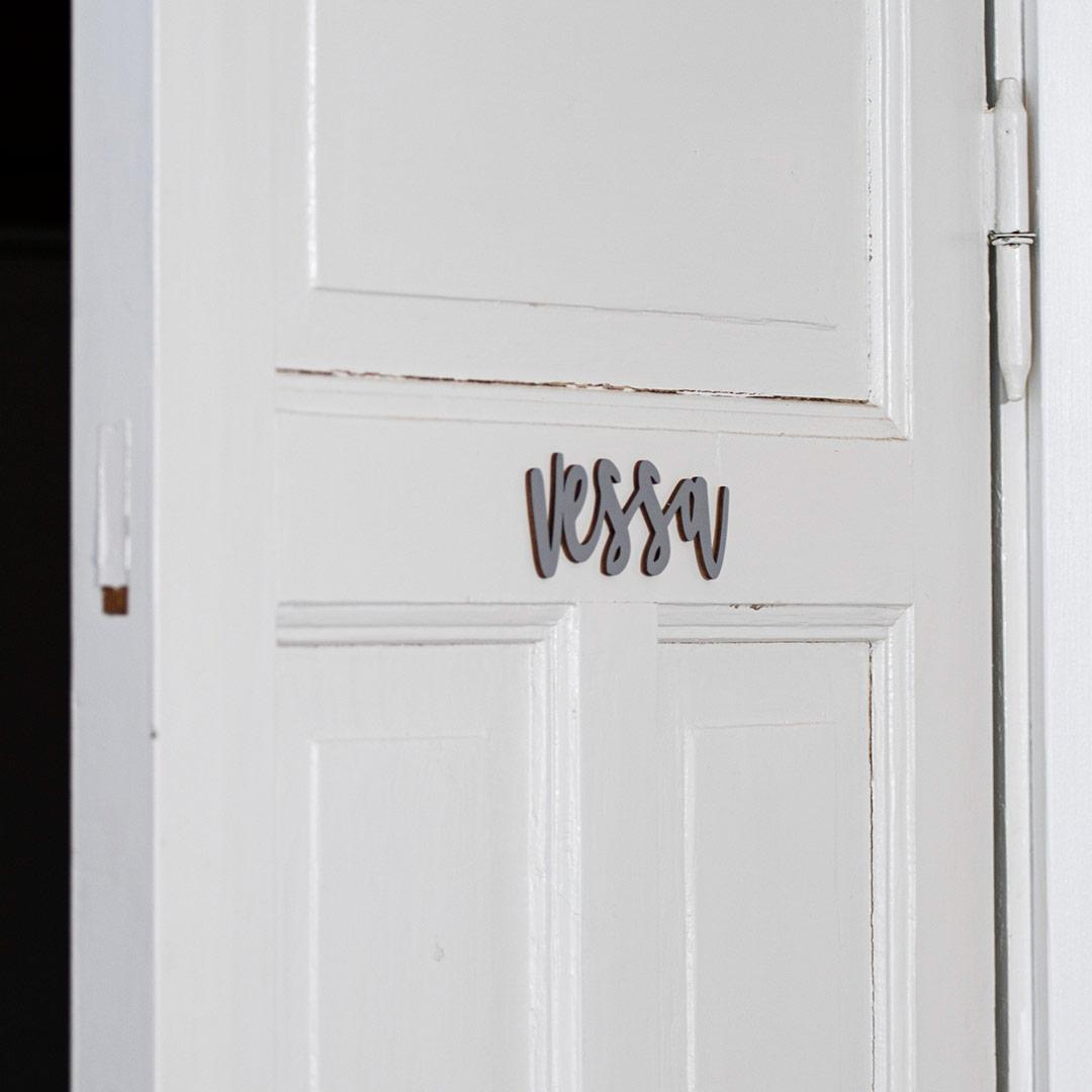 Puine Piela ovikyltti vessa koivuvanerista harmaa valkoisessa ovessa lähikuva