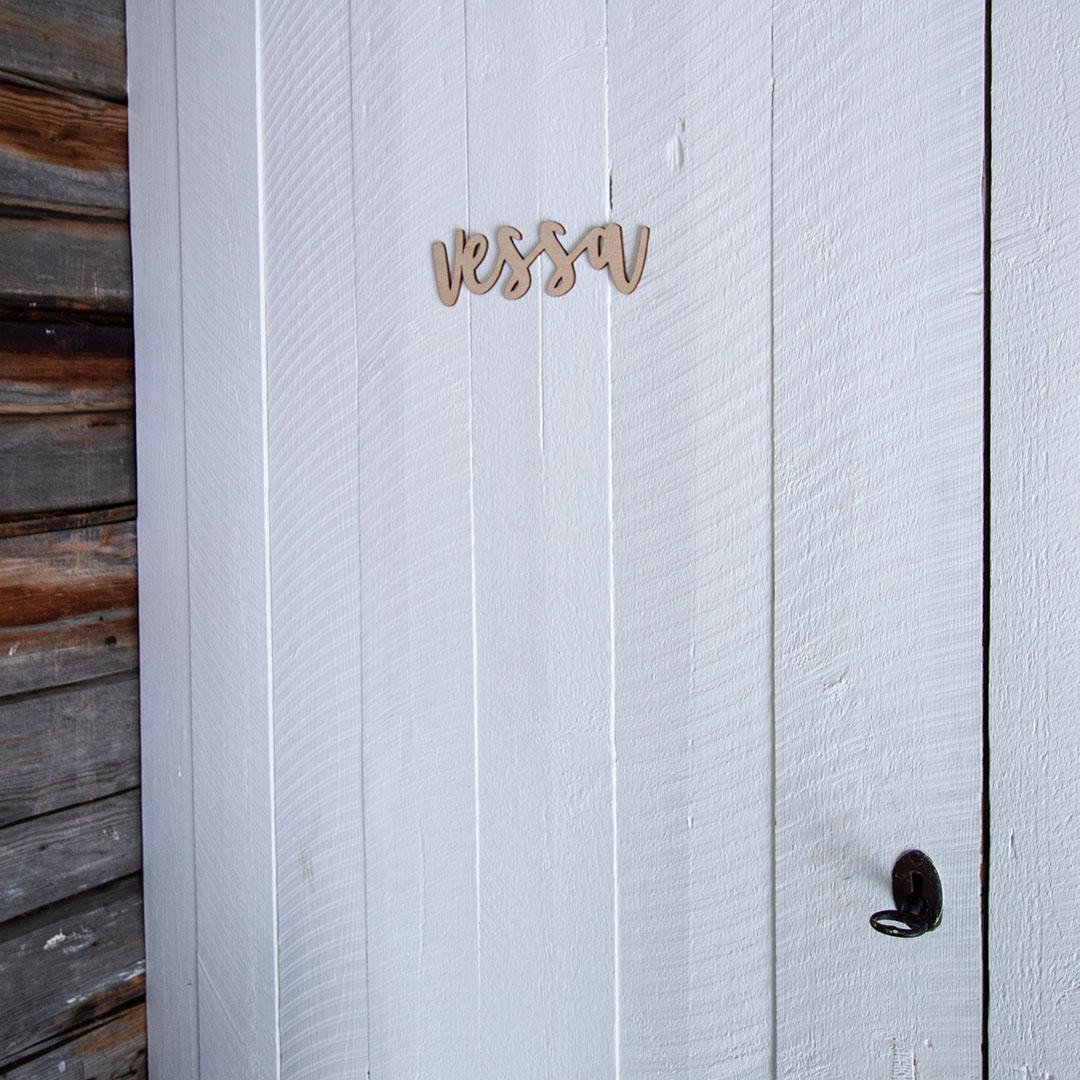 Puine Piela ovikyltti vessa koivuvanerista valkoisessa ovessa