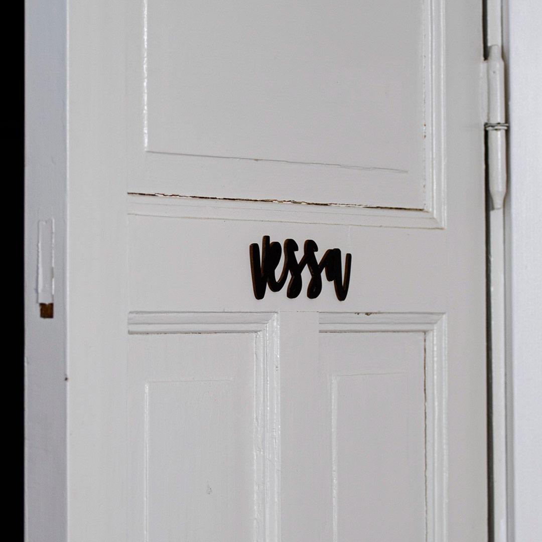 Puine Piela ovikyltti vessa musta vessan ovessa