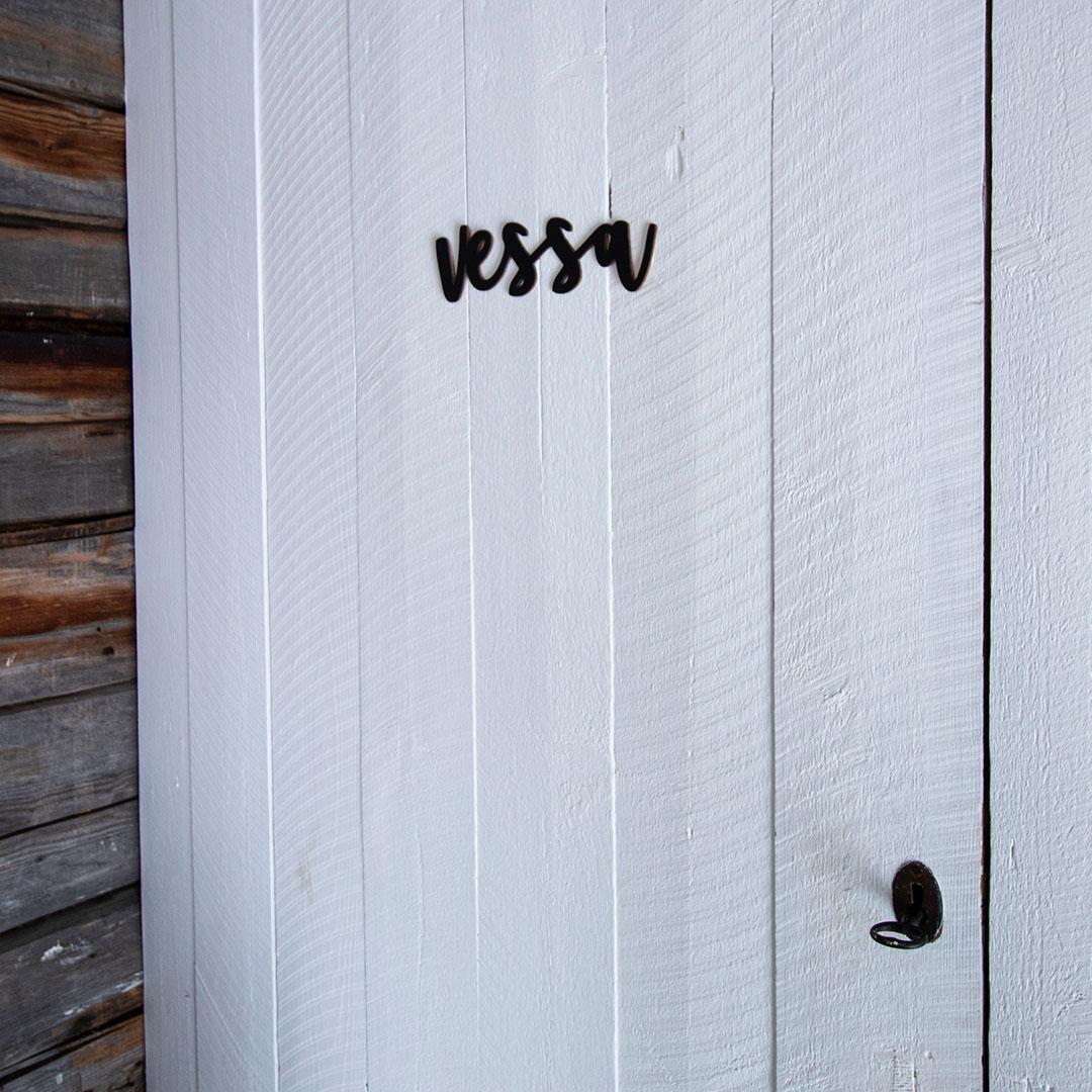 Puine Piela ovikyltti vessa musta huussin ovessa