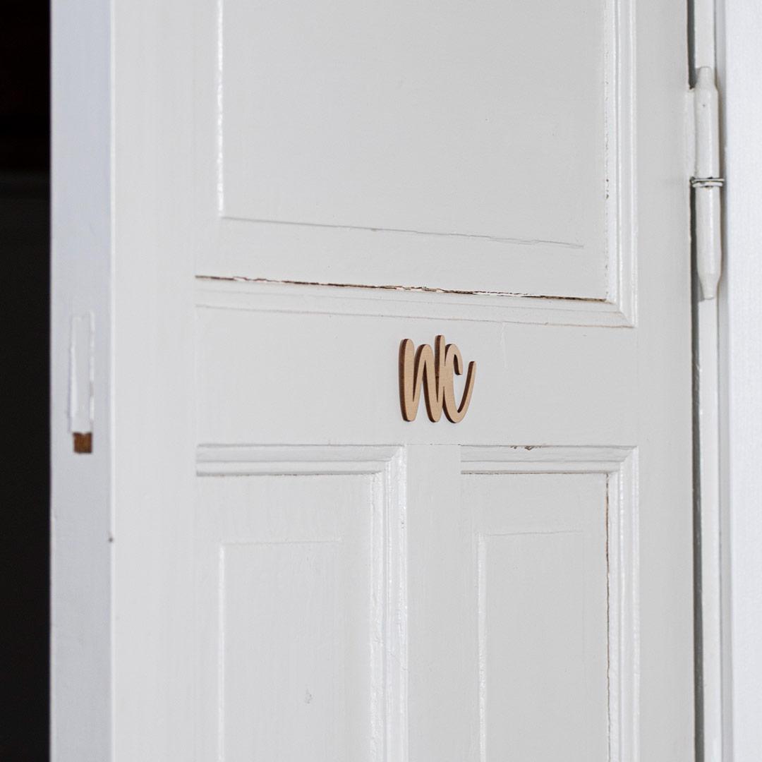 Puine Piela ovikyltti wc koivuvanerista huussin ovessa