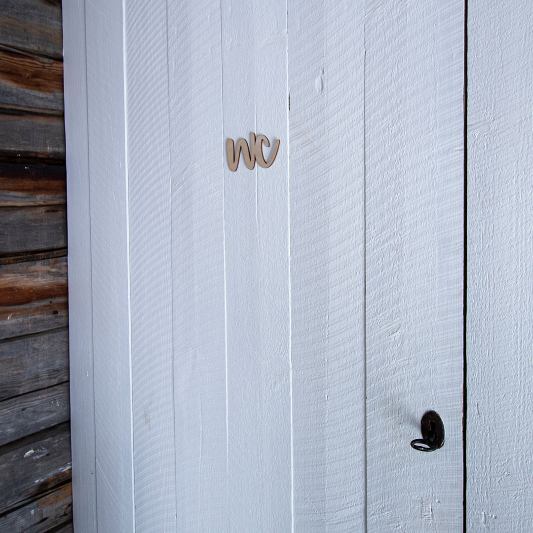 Puine Piela ovikyltti wc koivuvanerista valkoisessa ovessa kuva edestä