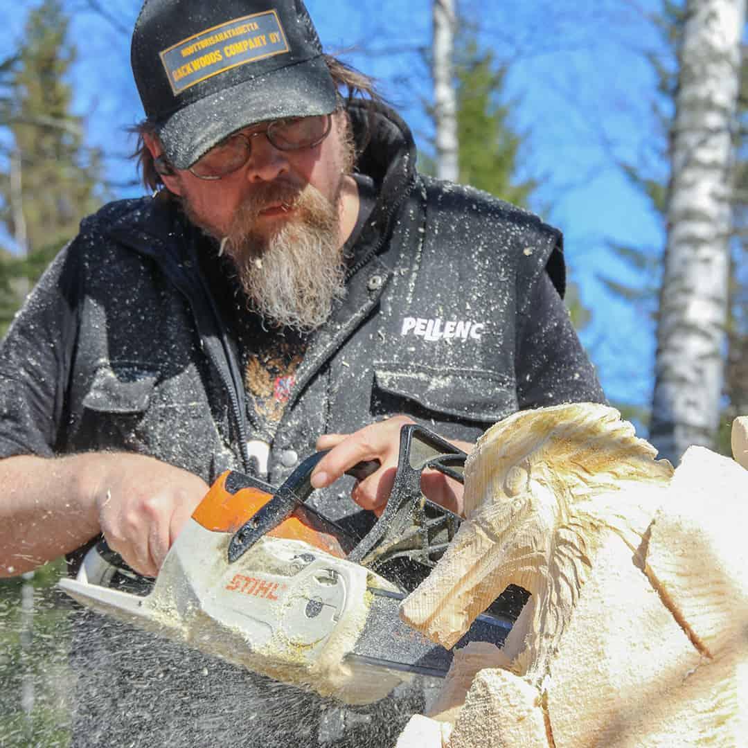 Moottorisahalla veistoa Juha Kakela