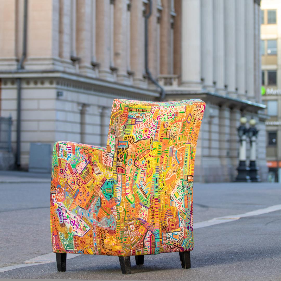 Maalattu nojatuoli kadulla