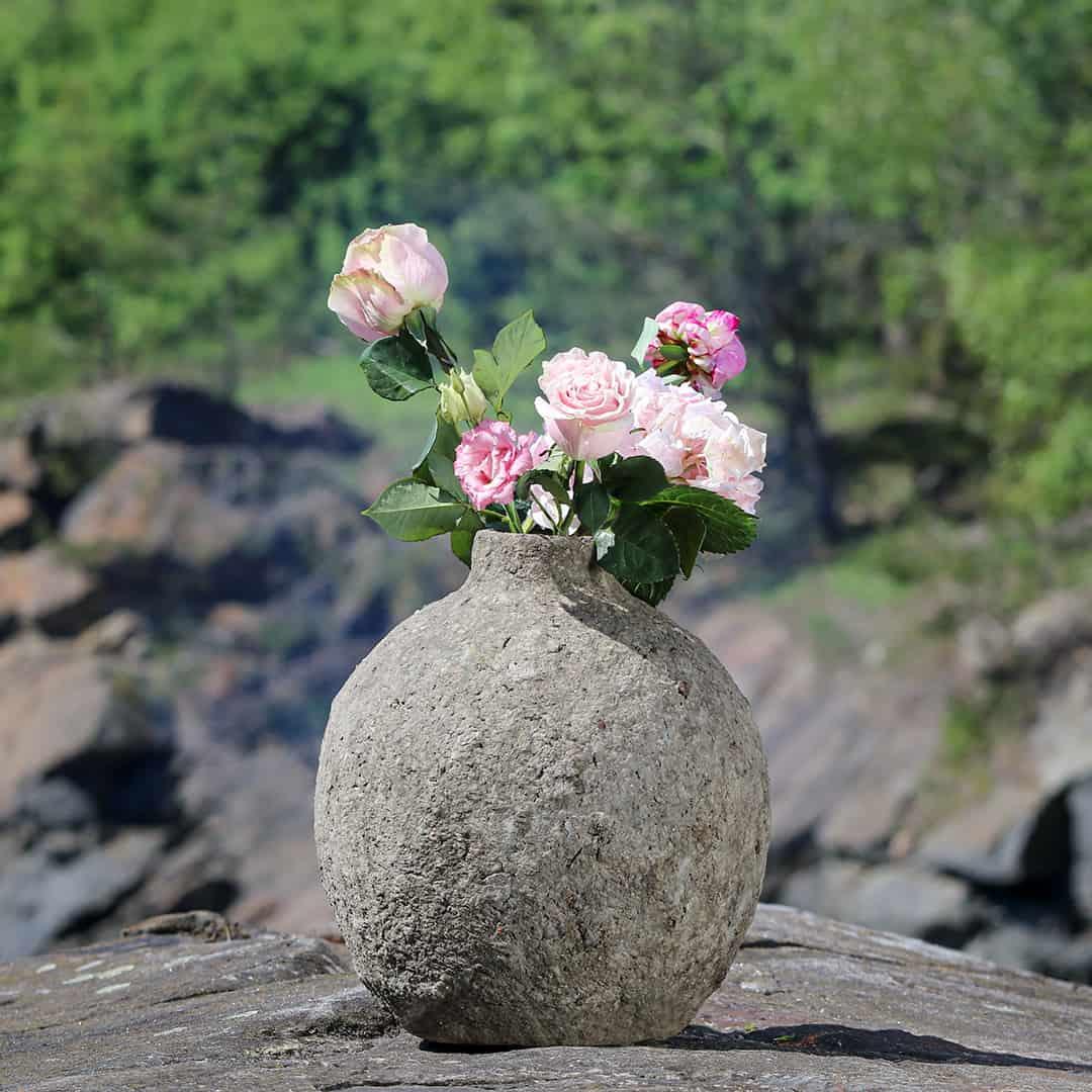 Paperista valmistettu ruukku jossa on kukkia