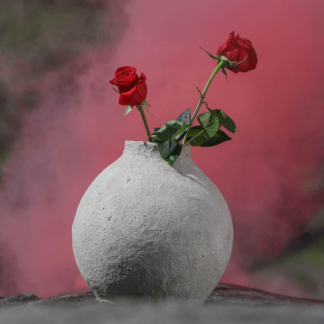 Paperista valmistettu ruukku jossa on ruusuja